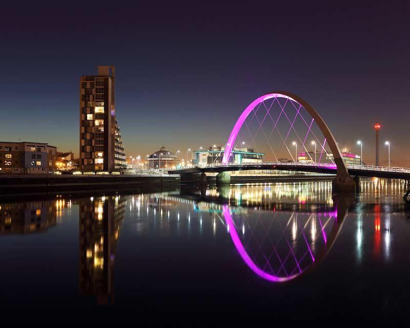 Pont réfléchissant sur la rivière Clyde la nuit, Glasgow